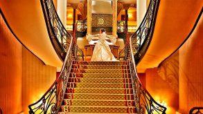 Novia en escaleras de Gran Hotel