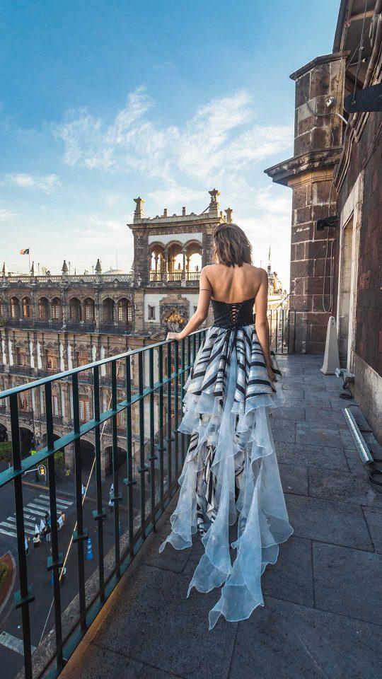Modelo en balcón vista al zócalo